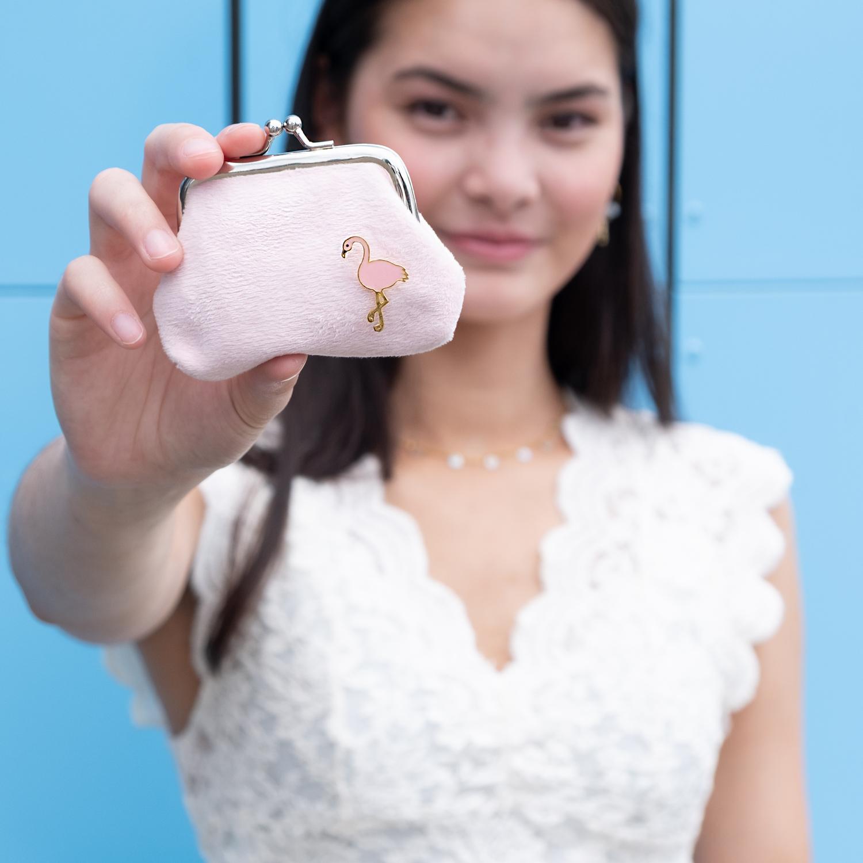 Handig portemonnee met flamingo stud en blauwe muur