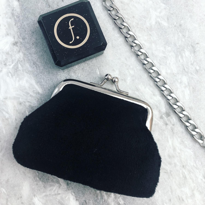Velvet portemonnee in het zwart met chain belt