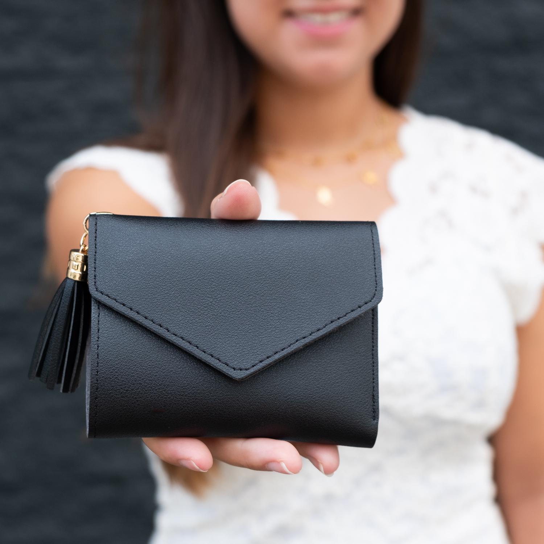 Zwarte accessoire in de vorm van een portemonnee
