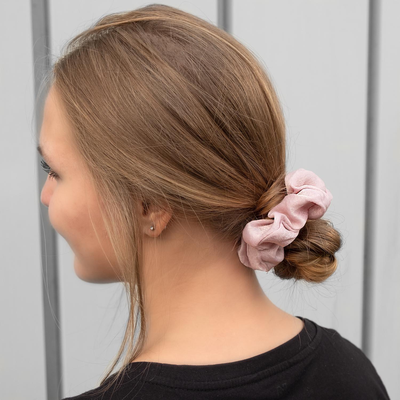 Leuke scrunchie voor in het haar bij een blonde jonge vrouw