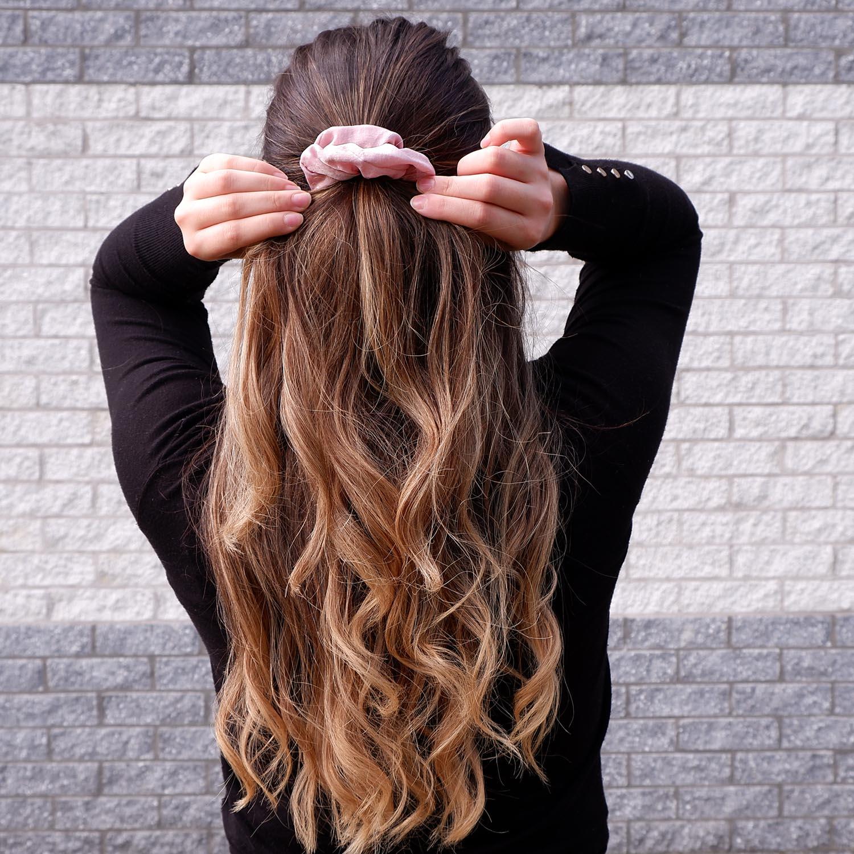 Trendy lila scrunchie voor in het haar bij een jonge vrouw