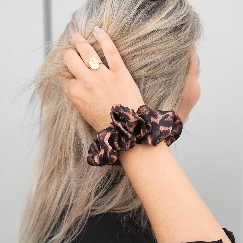 roze scrunchie om de pols met voor een leuke look