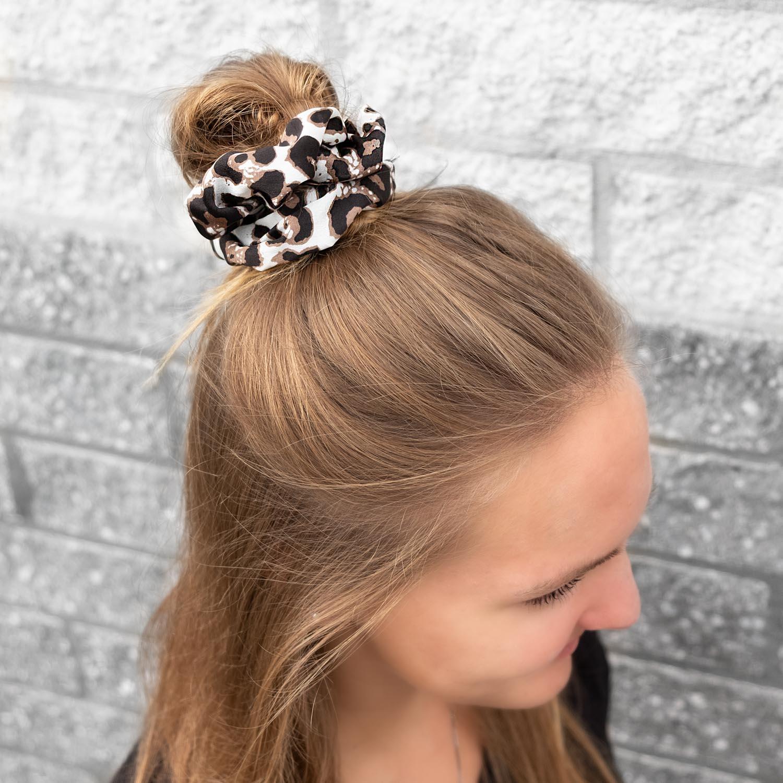 Leuke scrunchie in het wit in blond haar voor een leuke look
