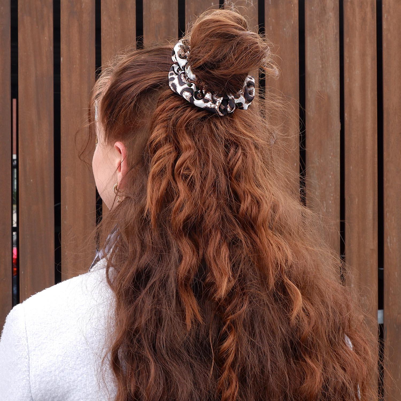 Leopard scrunchie voor in het haar met een witte kleur