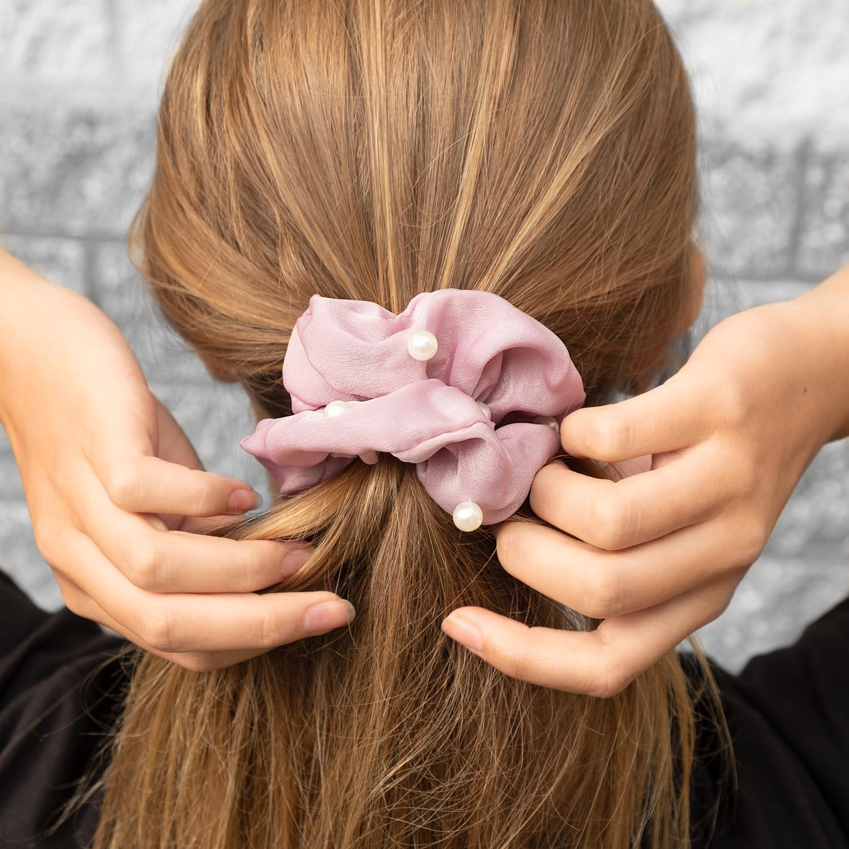 Leuke pare scrunchie in het haar met een mooie parel