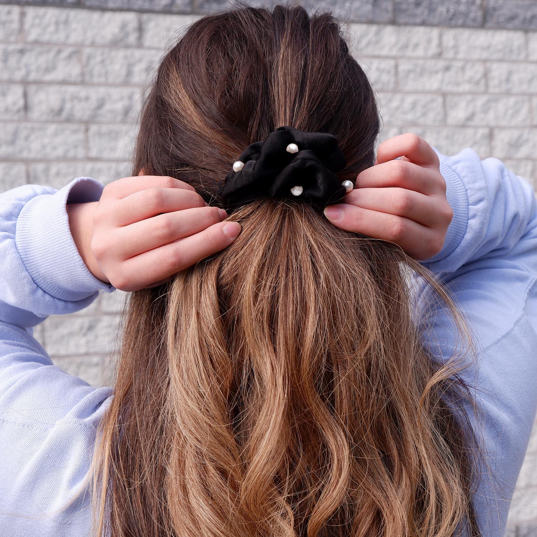 Mooie scrunchie in het zwart met mooie parels