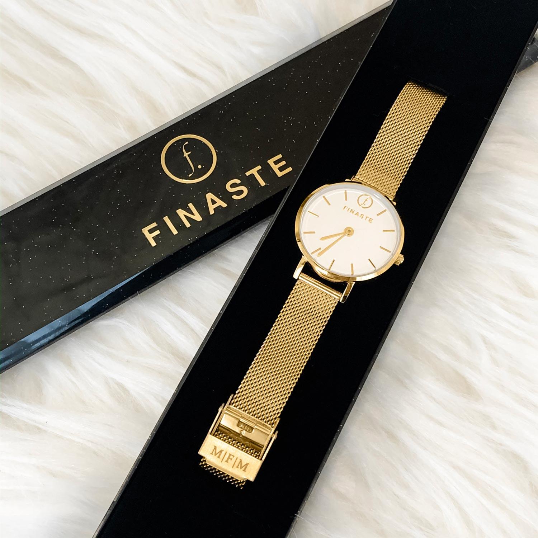 Mooie gouden horloge met gravering in een sieradendoosje