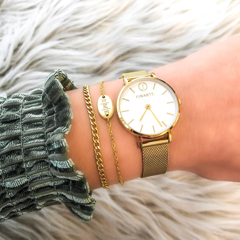 Mooi horloge in het goud met gravering om de pols