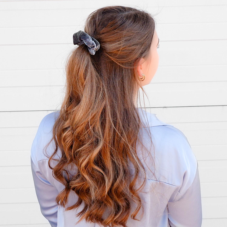 Trendy scrunchie in het haar voor een complete look