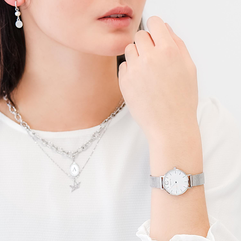 mooi zilveren horloge met gravering om de pols van een jonge vrouw