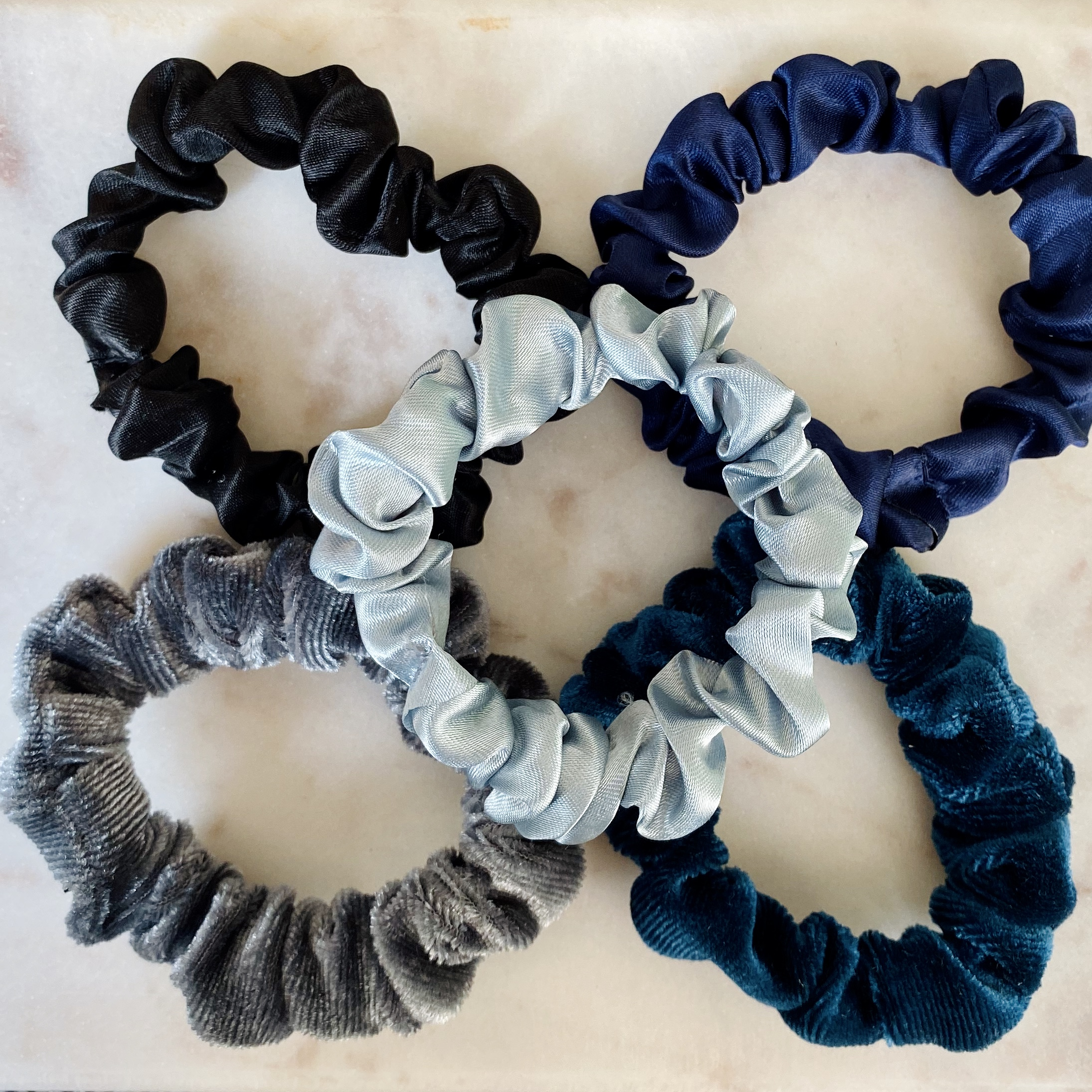 Leuke set met blauwe scrunchies op een plaatje om te kopen