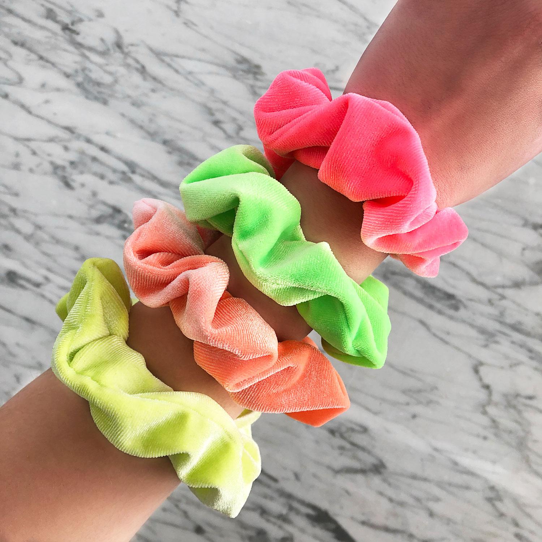 Neon kleurige scrunchies om de pols