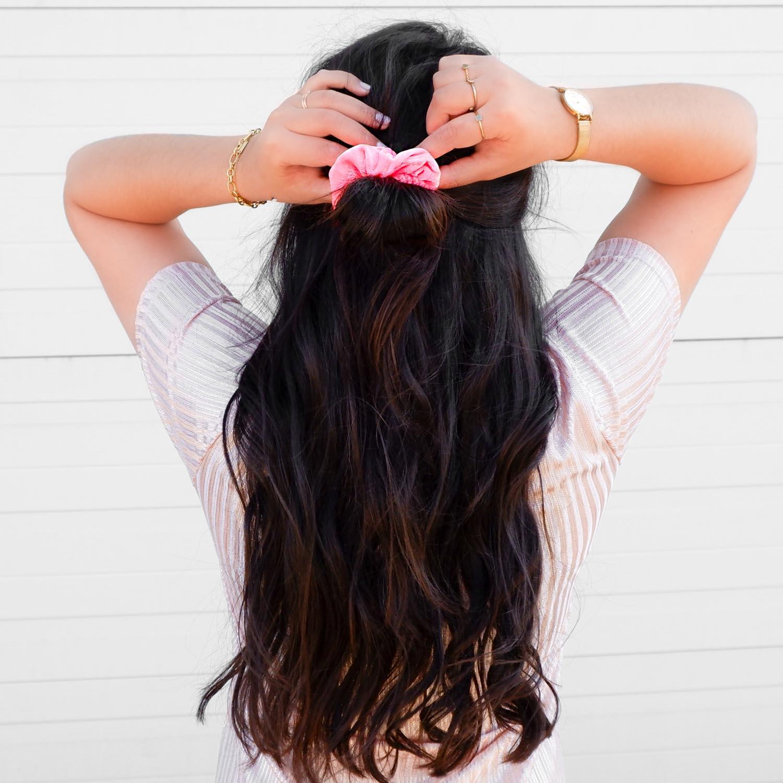 Neon roze scrunchie in het haar voor een complete look