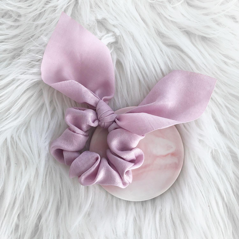Roze scrunchie met strik voor in het haar