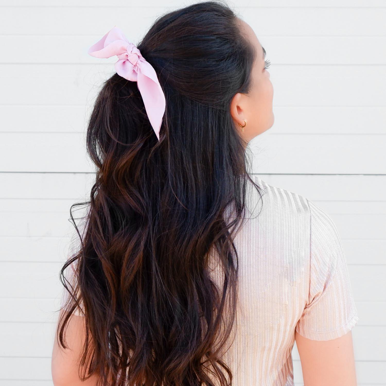 Trendy scrunchie in het haar voor een trendy look