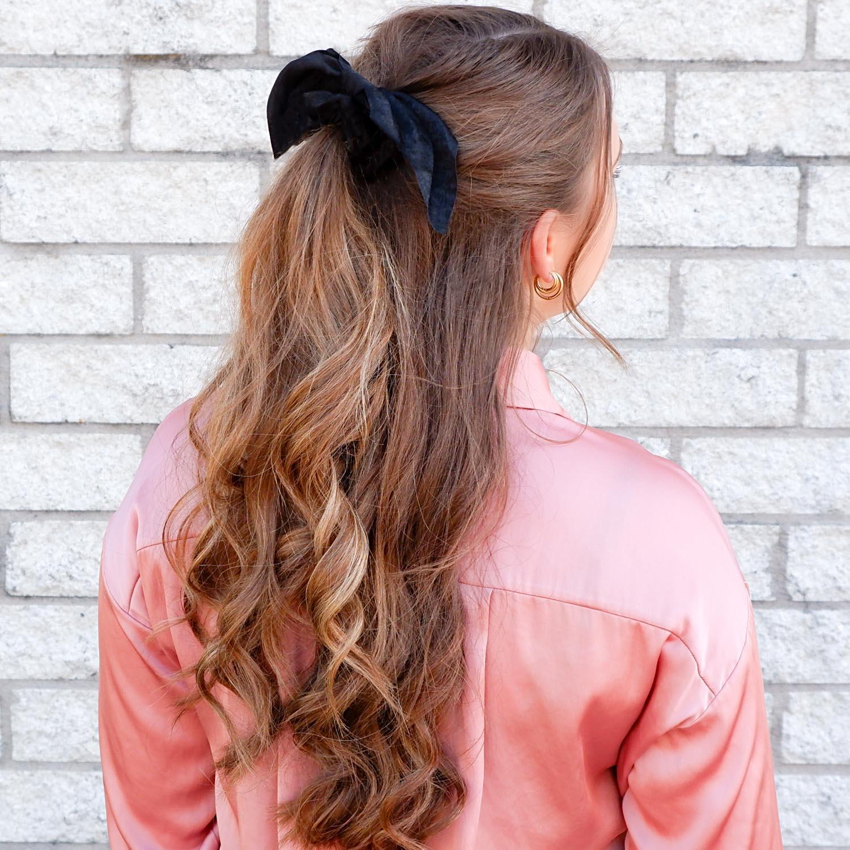 Haarscrunchie in het haar voor een trendy look