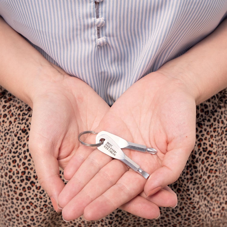 Sleutelhanger met schroevendraaiers in hand
