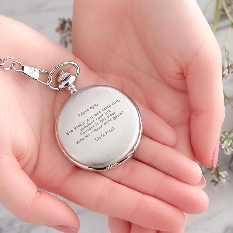Pocket watch met gravering in handjes