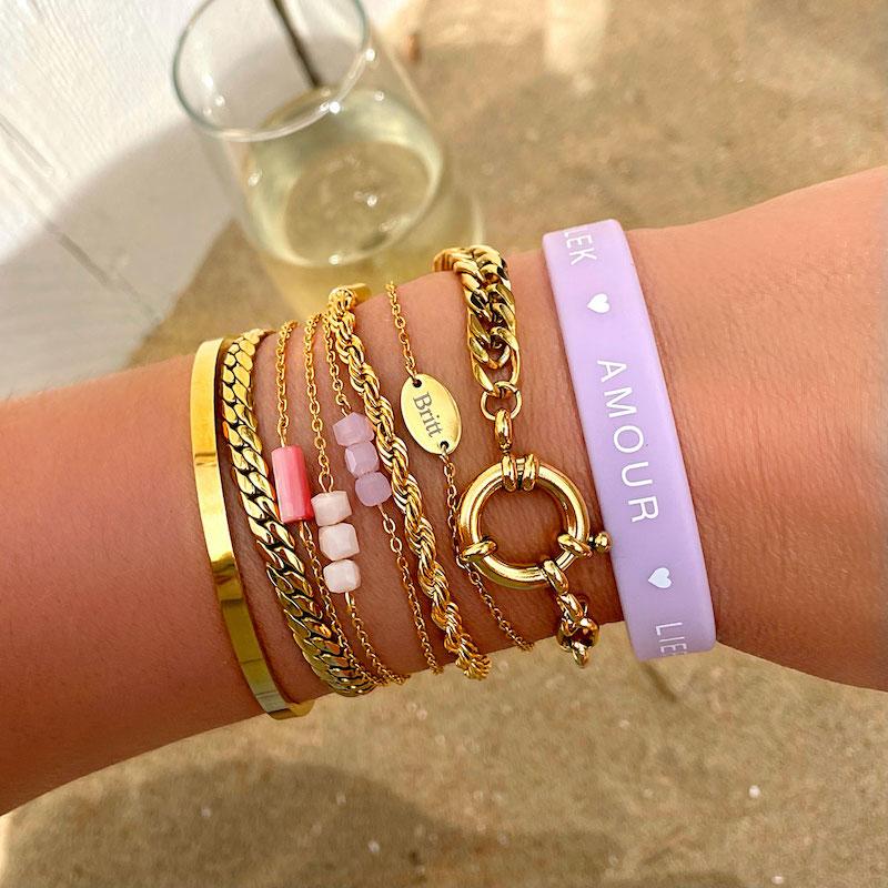 gouden armbanden mix op het strand