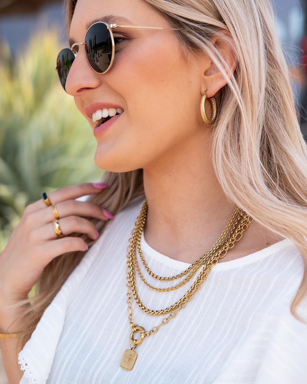 meisje draagt gouden sieraden mix van finaste