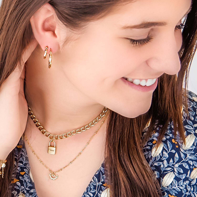 meisje draagt gouden sieraden combinatie van Finaste