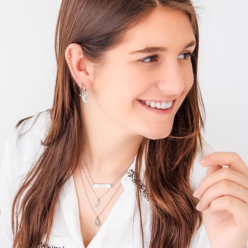 meisje draagt mix van verschillende zilveren sieraden