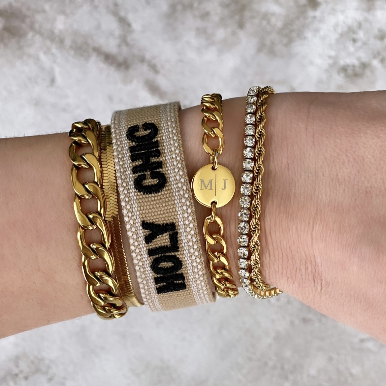 Mix van gouden armbanden om pols