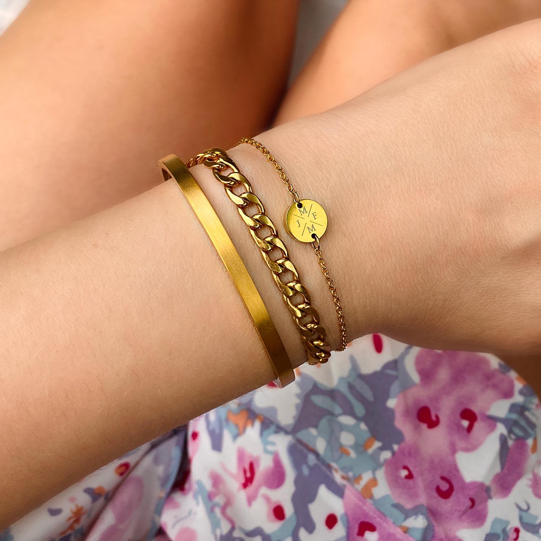 Goudkleurige armbanden in een mooie armparty om te kopen