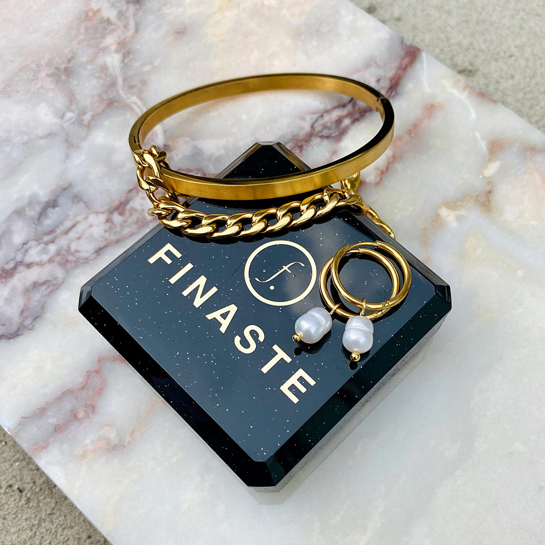 Trendy armbanden op een plaatje om te kopen