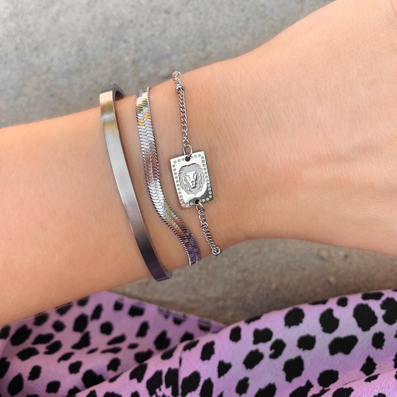 Mooie armband met een leeuw om de pols