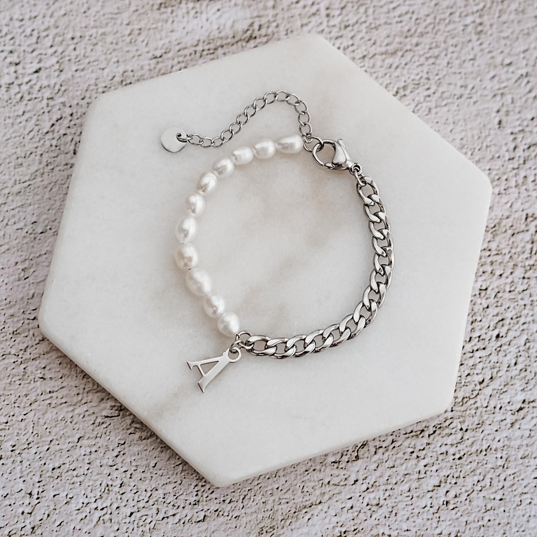 Zilveren parelarmband met initial op marmer