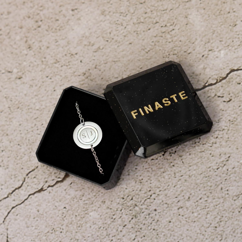 Mooie armband met parelmoer en twee letters