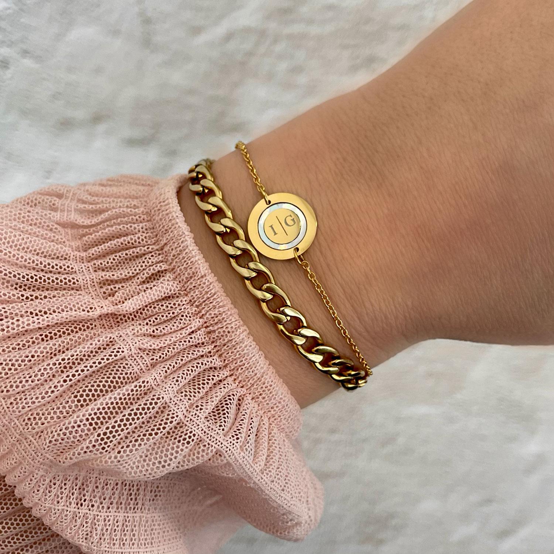 Mooie gouden armband met een chain om de pols