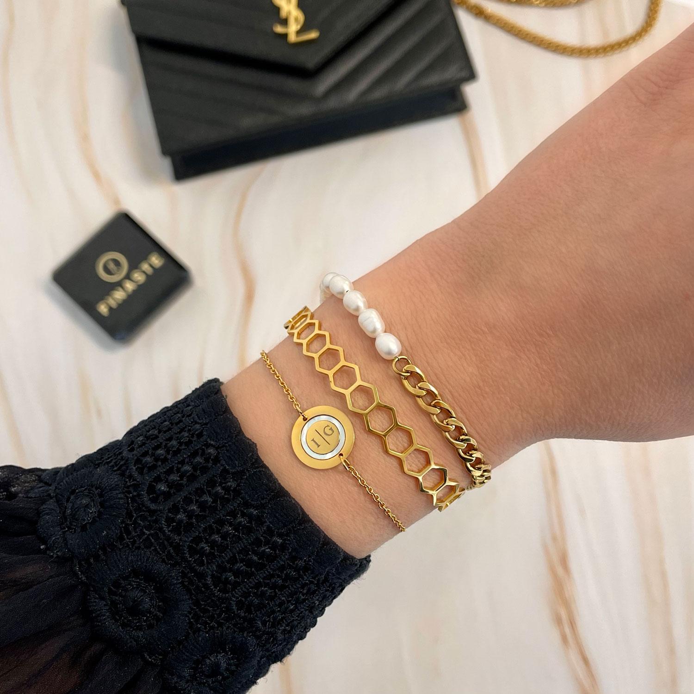 Mooie gouden armbanden om de pols om te kopen