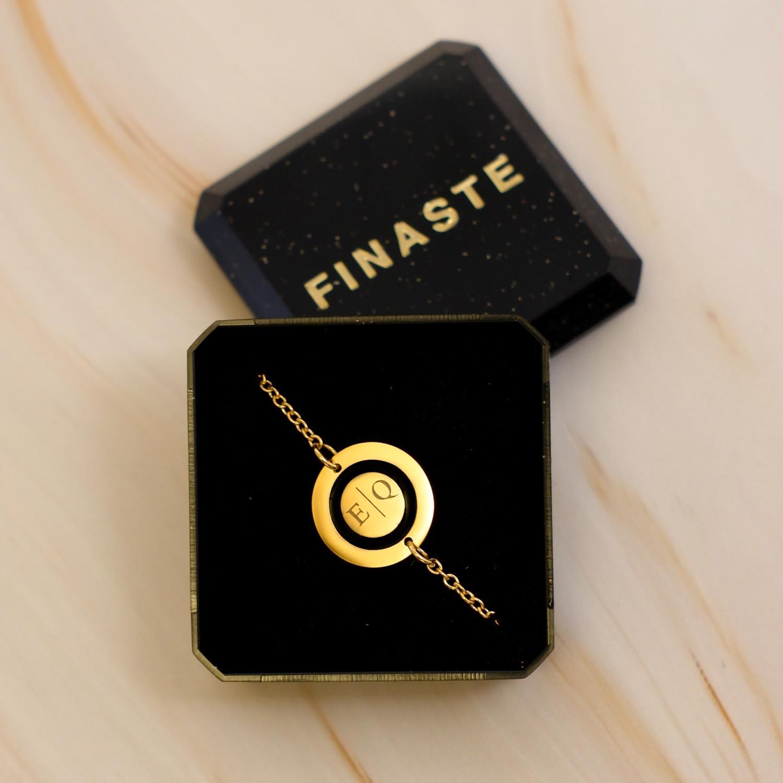 Mooie armband met twee letters gegraveerd in een sieradendoosje