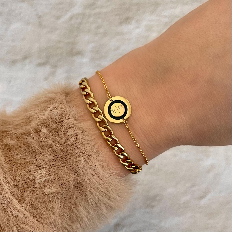 Mooie armband om de pols met twee letters