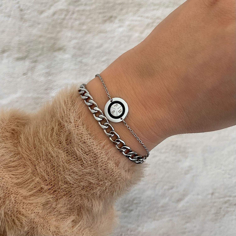 Mooie armband met drie letters om de pols