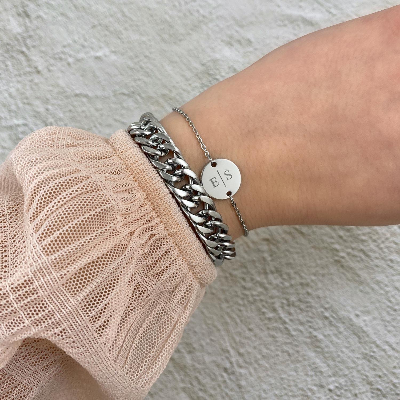 Trendy armband met initialen om de pols