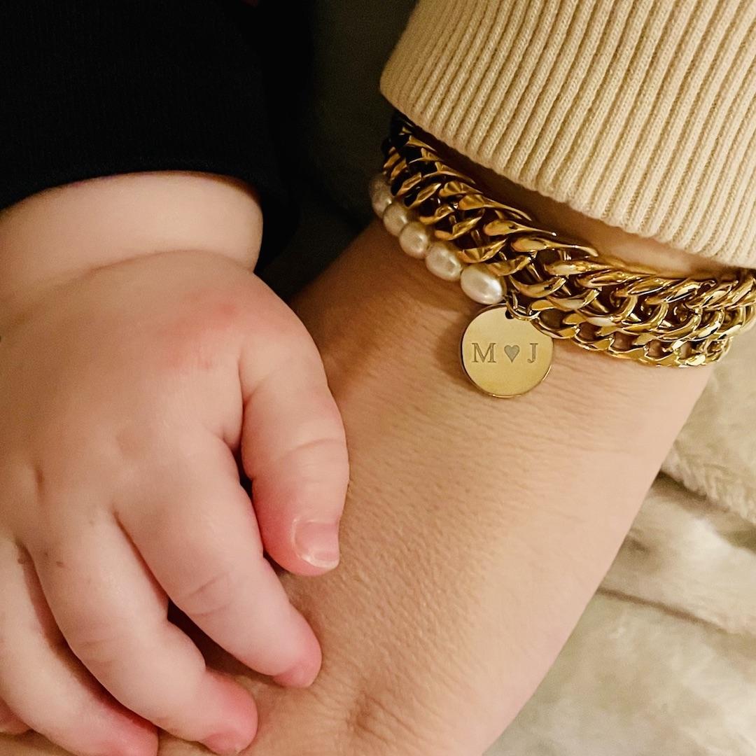 Gouden armparty met parels en gravering om pols