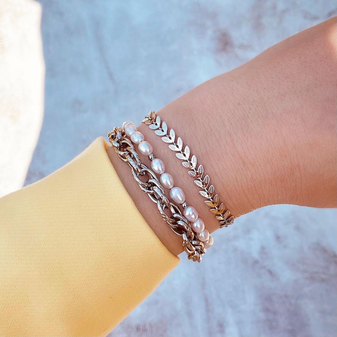 Zilveren armbanden om pols bij vrouw