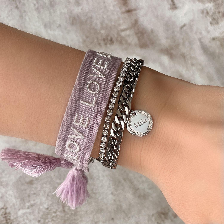 Mooie armparty met de nieuwste armbanden om de pols van het model