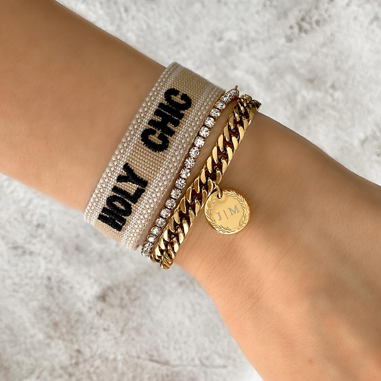 Mooie armbanden om de pols van het model in het goud met gravering