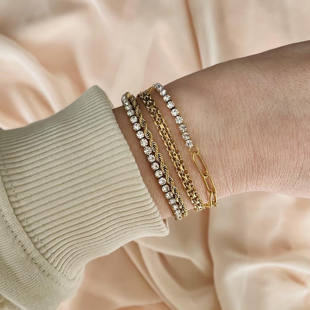 Goudkleurigen party van armbanden om de pols van het model