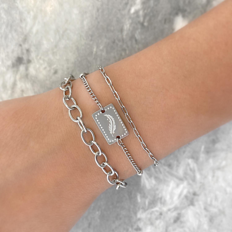 Trendy armband met veertje om de pols met bedel
