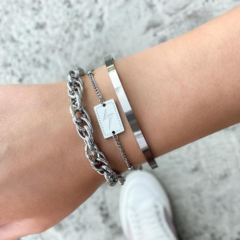 Trendy armbandje met een bliksem om de pols