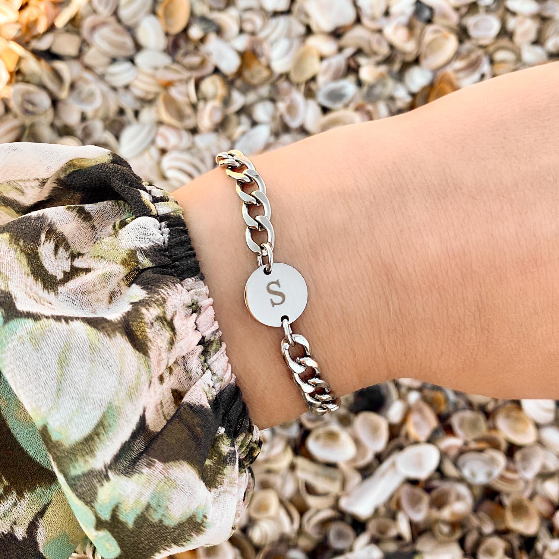 Chunky armband met initial om de pols voor een trendy look