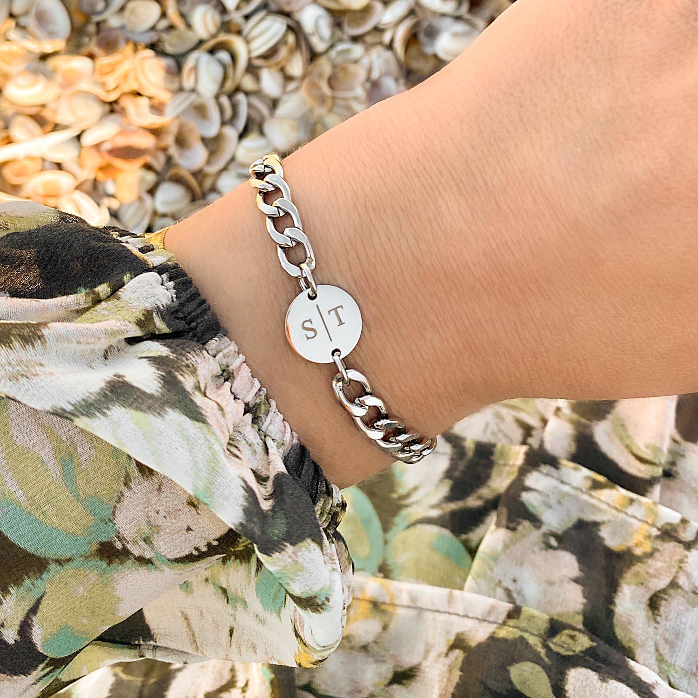 Chunky armband met initials om de pols voor een trendy look