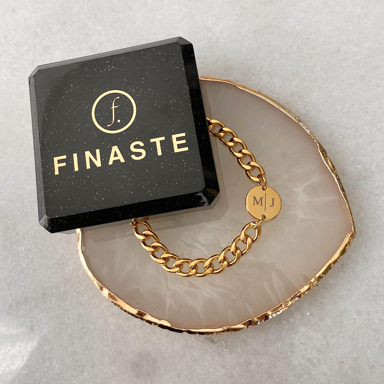 Mooie armband met initials met schakels en een sieradendoosje