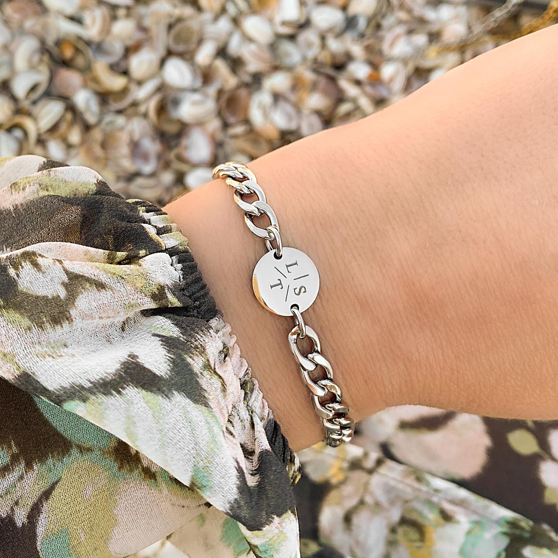 Trendy mix van armbanden voor een complete look