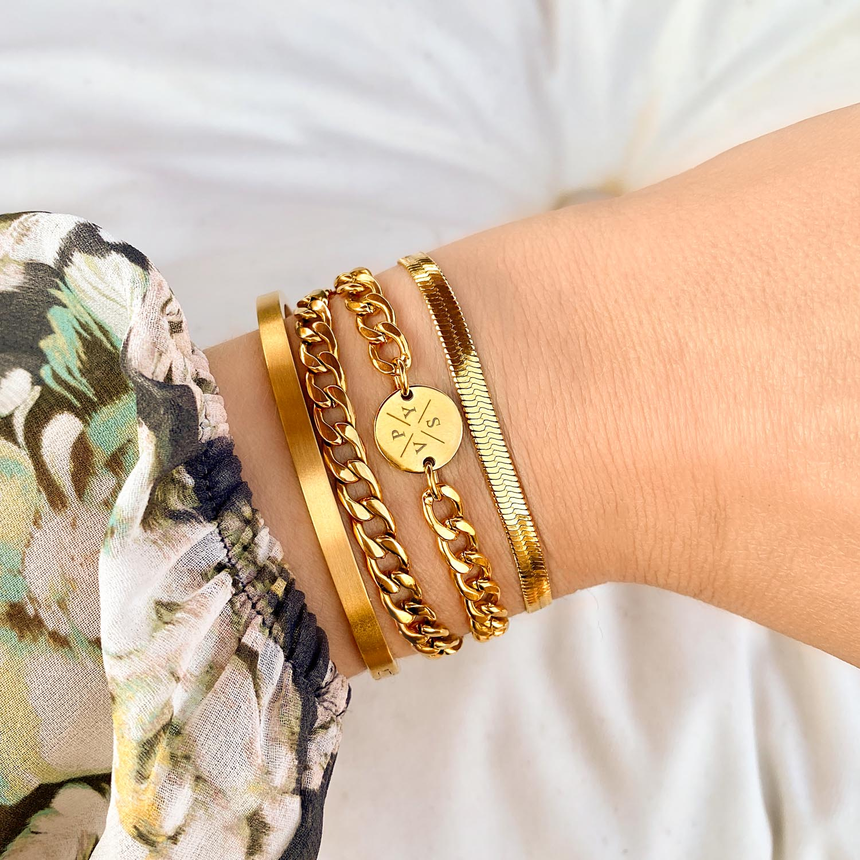 Trendy initial armband voor een complete look om te dragen